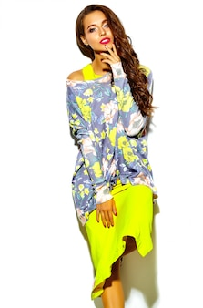Modèle élégant belle jeune femme glamour dans des vêtements décontractés hipster. jolie fille posant sur studio