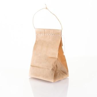 Modèle d'emballage de sac en papier artisanal marron avec couture au point isolée