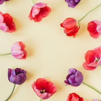 Modèle d'espace de copie de cadre de guirlande ronde. fleurs de tulipes colorées