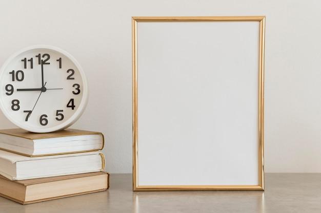 Modèle d'espace copie de certificat de diplôme d'éducation et horloge