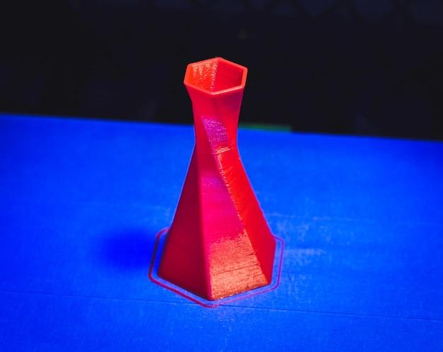 Le modèle est imprimé sur l'imprimante 3d fermer
