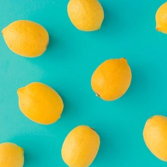 Modèle d'été créatif fait de citrons sur fond bleu clair. concept minimal de fruits.