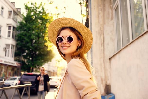 Modèle d'été de mode de marche en plein air de jolie femme