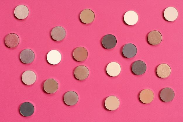 Modèle de fards à paupières nude fond rose