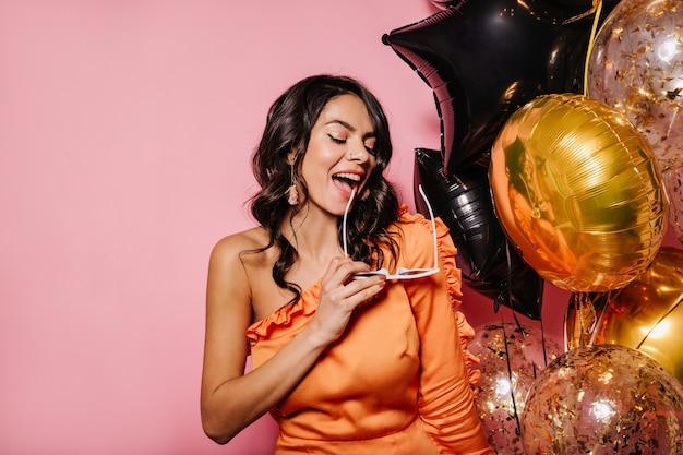 Modèle féminin attrayant célébrant son anniversaire