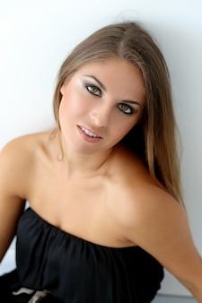 Modèle féminin dans le maquillage des yeux charbonneux