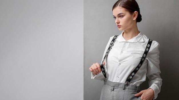 Modèle féminin élégant en chemise blanche élégante et bretelles. nouveau concept de féminité