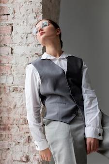 Modèle féminin élégant posant dans une fenêtre en gilet élégant. nouveau concept de féminité