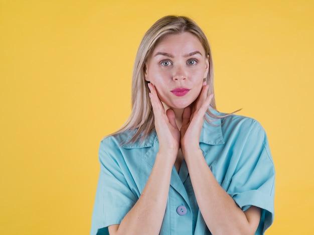 Modèle féminin de face posant