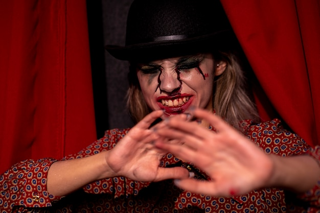 Modèle féminin halloween tenant ses mains devant elle