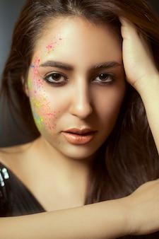 Modèle féminin en maquillage pur et yeux charbonneux