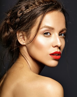 Modèle féminin avec un maquillage quotidien frais