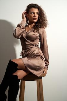 Modèle féminin posant sur une chaise