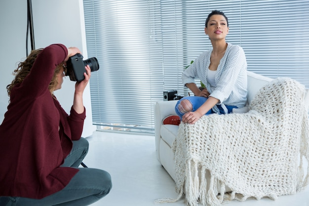 Modèle féminin posant pour le photographe