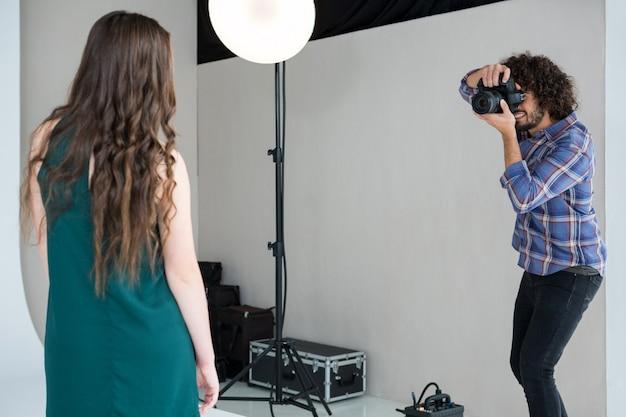 Modèle féminin posant pour une séance photo