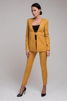 Modèle féminin sexy en costume intelligent sans chemise posant