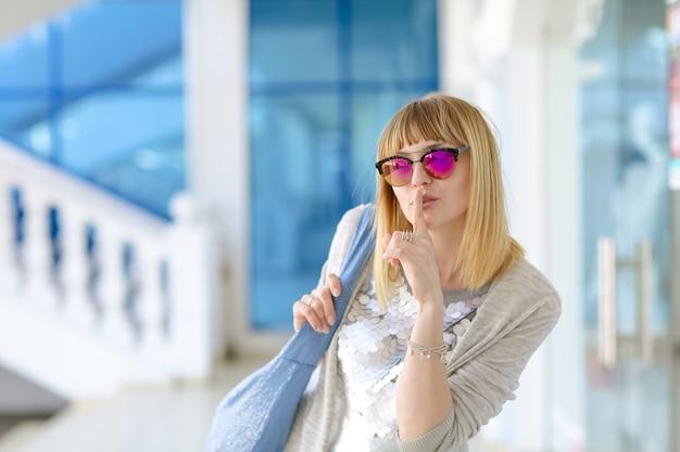 Modèle femme aux cheveux blancs debout dans la rue comme un mannequin