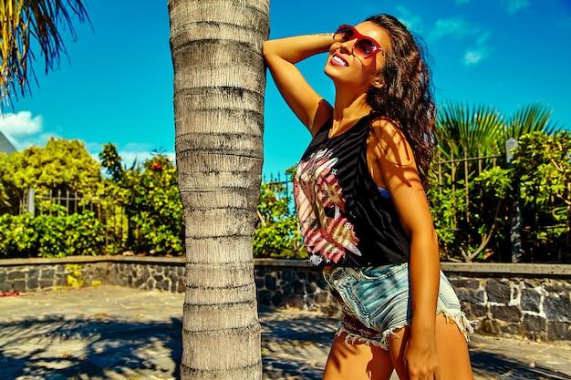 Modèle femme brune en été hipster vêtements décontractés colorés lumineux