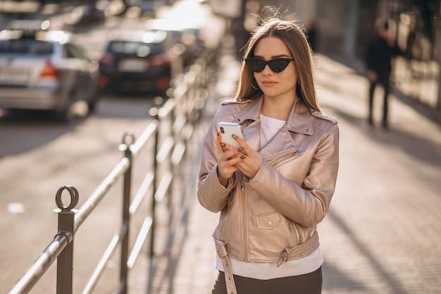 Modèle femme debout près de la route
