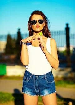 Modèle femme élégante glamour en tissu brillant d'été dans la rue