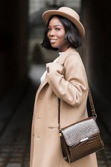 Modèle femme à la mode smiley posant en position debout