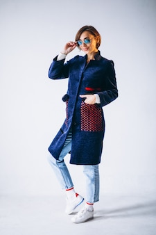 Modèle femme montrant des vêtements d'hiver