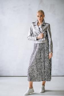 Modèle femme montrant des vêtements