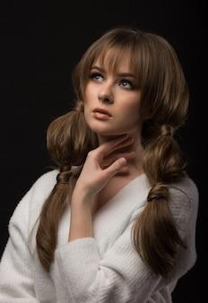 Modèle fille posant sur un fond sombre
