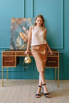 Modèle de fille en vêtements marron.