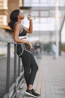 Modèle de fitness afro-américain s'entraînant à l'extérieur