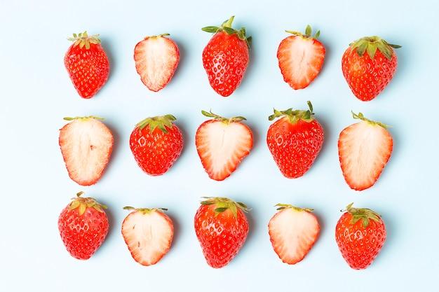 Modèle de fraises isolé sur fond bleu, fond créatif