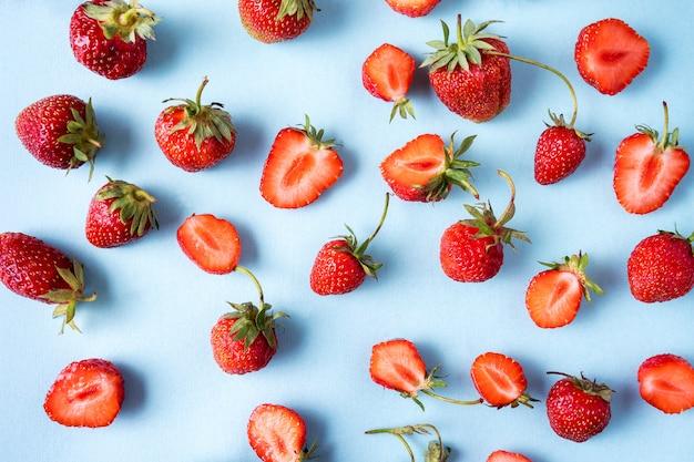 Modèle de fraises mûres rouges sur bleu