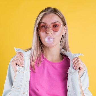 Modèle girly soufflant bubble-gum