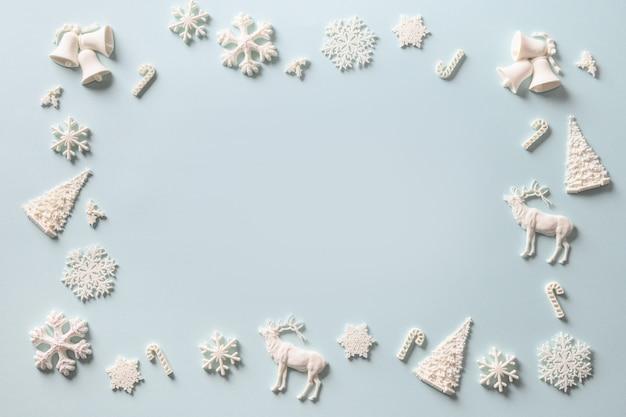 Modèle de givre de noël de décoration bricolage vacances blanc sur bleu. fond de vacances de noël.