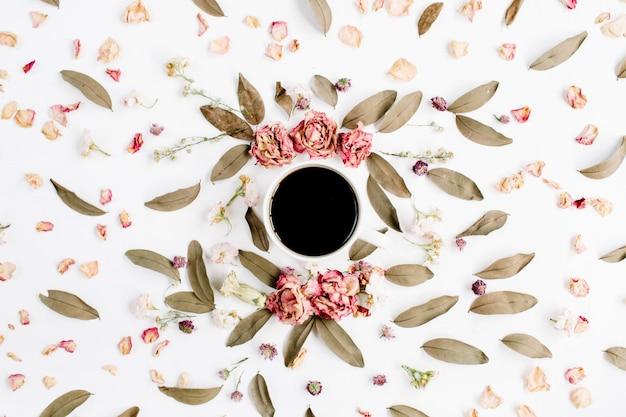 Modèle de guirlande de cadre rond avec des roses avec une tasse de café