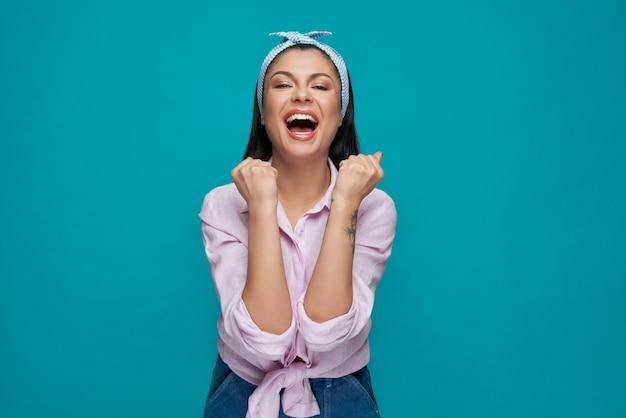 Modèle heureux dans des vêtements élégants jubilant.