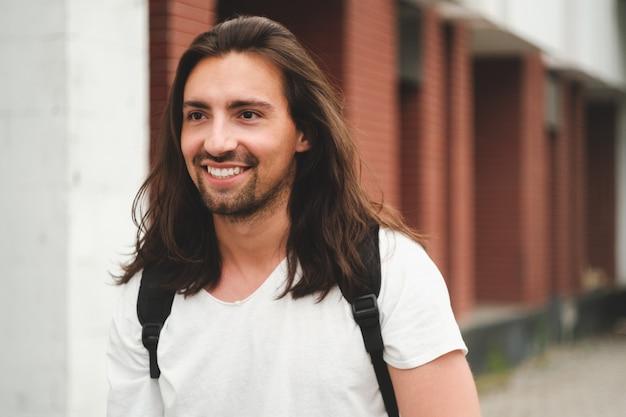 Modèle hipster aux cheveux longs