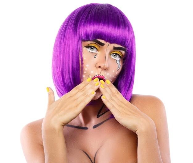 Modèle en image créative avec maquillage pop art isolé sur blanc