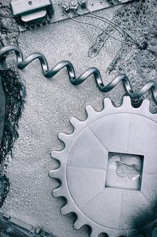 Modèle industriel de l'appareil à partir de fils et de boulons. engrenage chromé. fond steampunk