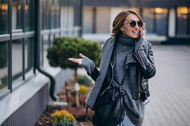 Modèle de jeune femme en veste de cuir à l'extérieur de la rue