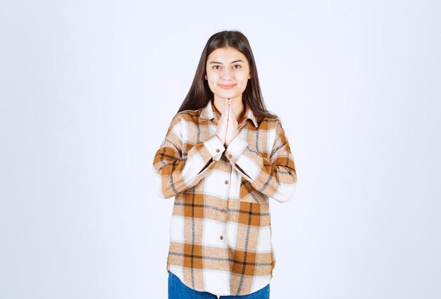 Un modèle de jeune fille debout