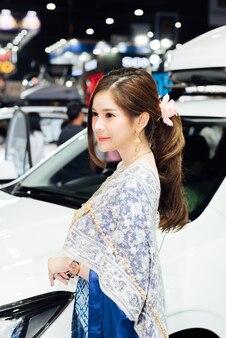 Modèle jolie dame beauté et sexy sur l'affichage dans l'événement de salon de la voiture