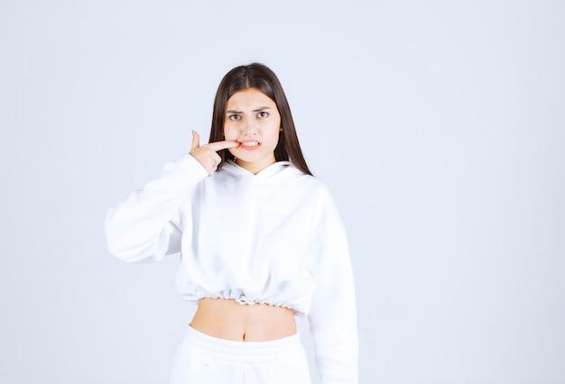 Modèle De Jolie Jeune Fille Montrant Les Dents. Photo gratuit