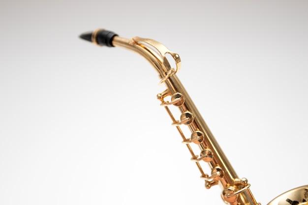 Modèle de jouet saxophone bronze sur fond blanc