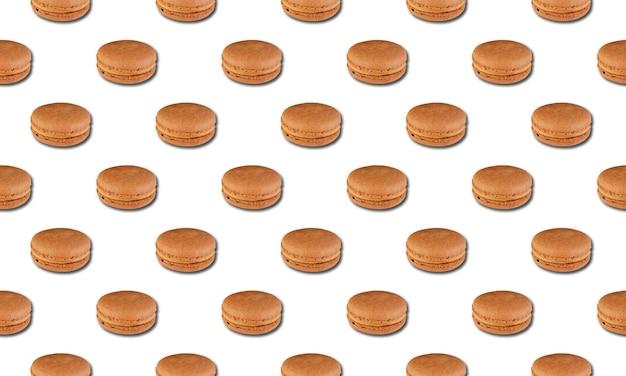 Modèle avec des macarons crémeux isolé sur fond blanc