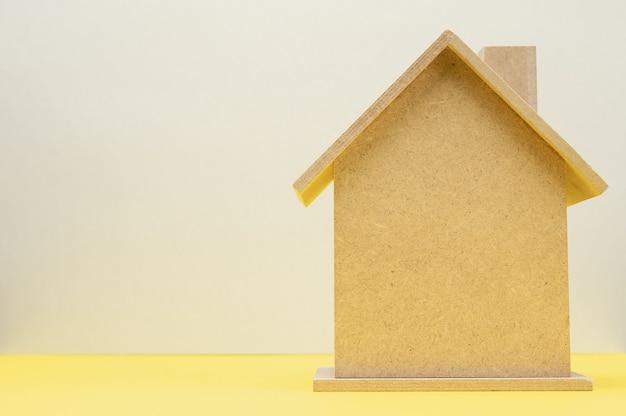 Modèle d'une maison en bois, concept d'achat immobilier, hypothèque
