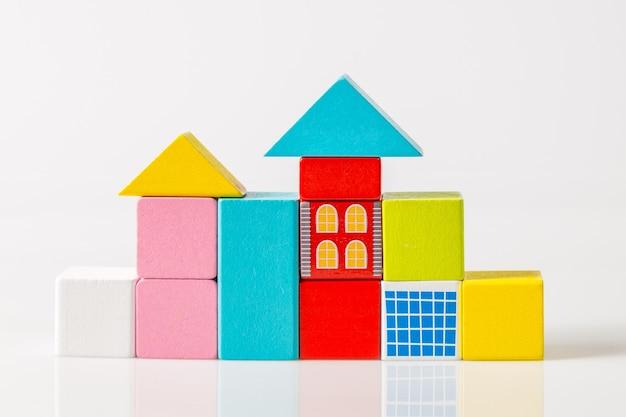 Modèle de la maison en bois (immobilier) sur fond blanc
