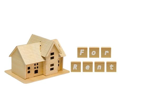 Modèle de la maison en bois isolé sur fond blanc, concept financier et commercial.