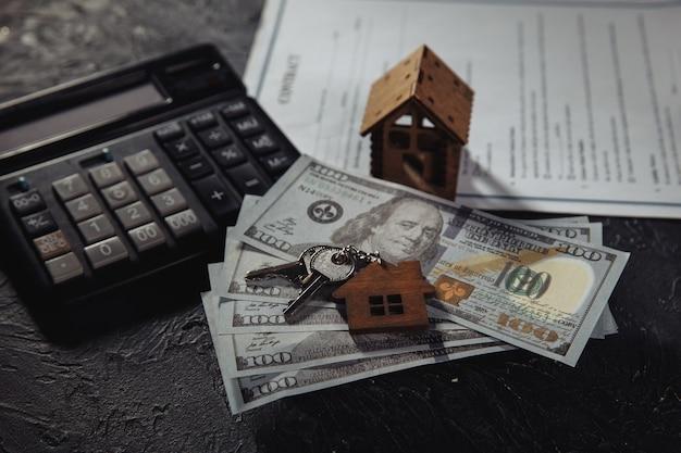 Modèle de maison avec clés et argent