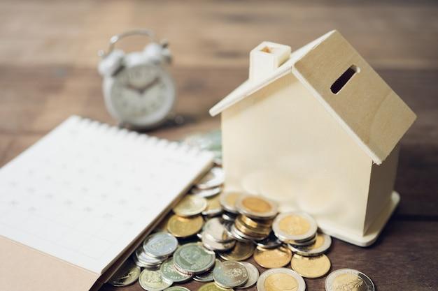 Un modèle de maison modèle est placé sur un tas de pièces